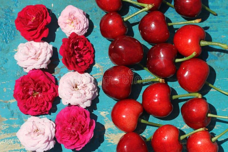 Świeże wiśnie na błękitnym drewnianym tle fotografia royalty free
