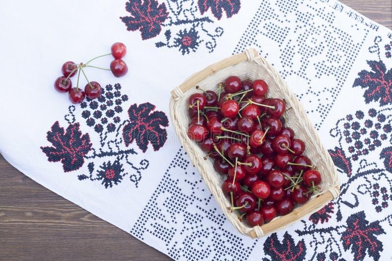 Świeże wiśnie na upiększonym ręczniku obraz stock