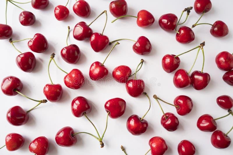 Świeże wiśnie rozpraszać na bielu 3 d cherry t?a white obrazu cherry ?wie?e wi?ni owoc Wi?nie z kopii przestrzeni? dla teksta zdjęcia royalty free