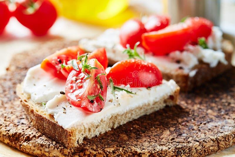 Świeżego chleba kanapka z koźlim serem zdjęcie stock
