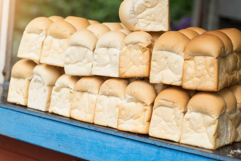 Świeżego chleba sterta na półce szef kuchni pojęcia karmowa świeża kuchni oleju oliwka nad dolewania restauraci sałatką obraz royalty free