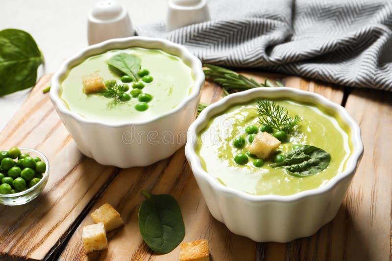 Świeżego warzywa detox polewka robić zieleni grochy i szpinaki z croutons słuzyć zdjęcia stock