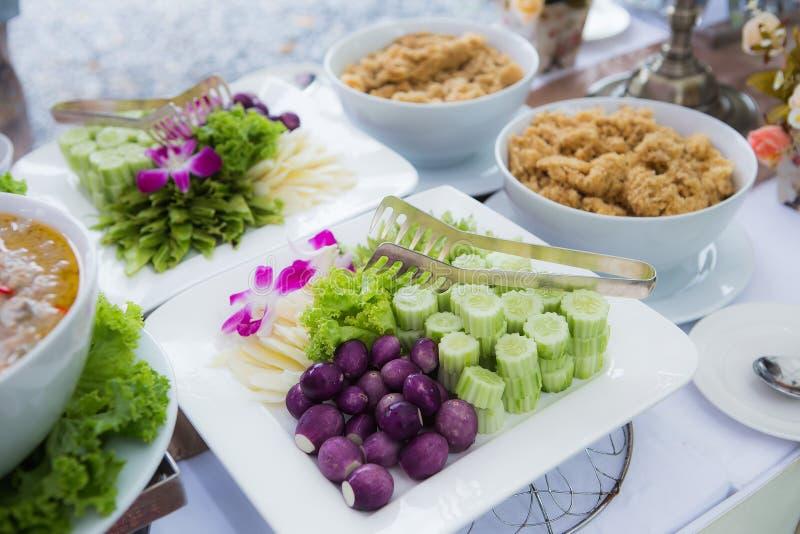 Świeżego warzywa przecinanie dla Tajlandzkiego karmowego pojęcia zdjęcia stock