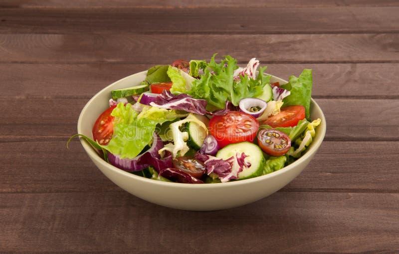 Świeżego warzywa sałatka w pucharze obraz royalty free