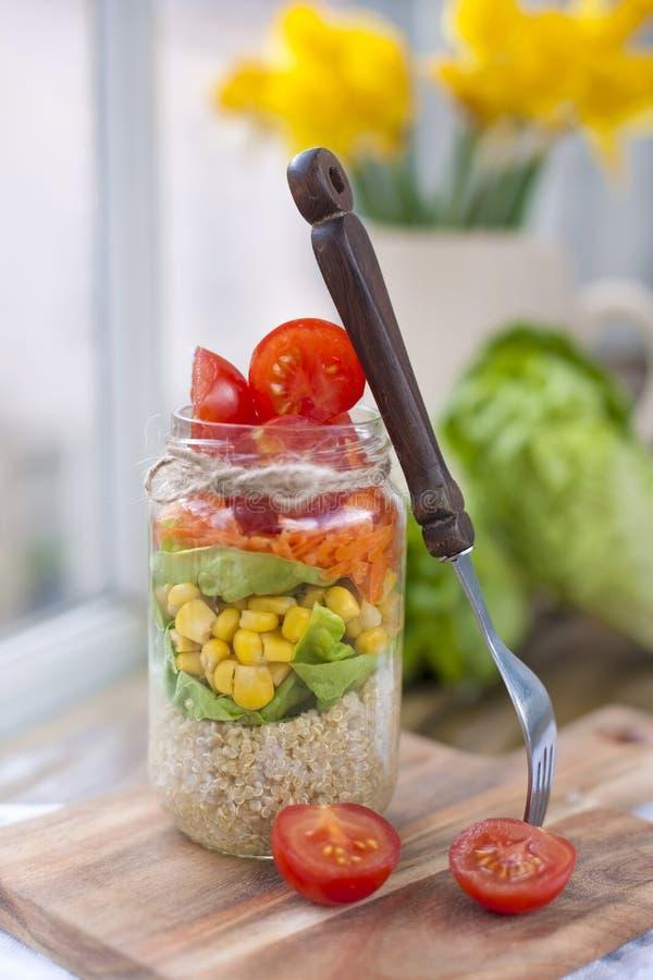 Świeżego warzywa sałatka w puszce warstwy zdrowa żywność Je lunch w domu na stole blisko okno Bezpłatna przestrzeń dla teksta lub fotografia stock