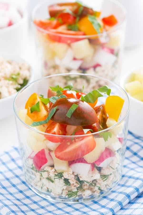 Świeżego warzywa sałatka z chałupa serem w szkle, pionowo obraz stock