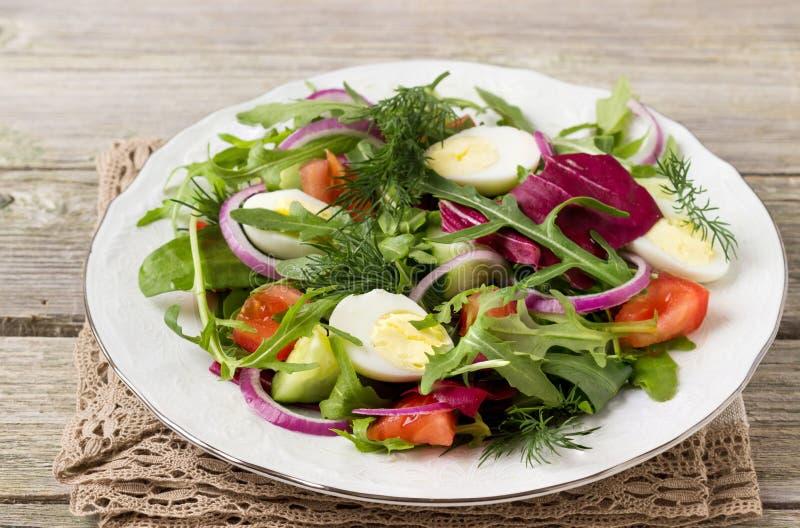 Świeżego warzywa sałatka z jajkiem zdjęcie royalty free