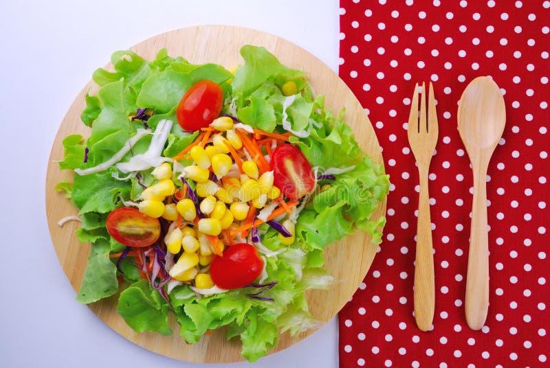 Świeżego warzywa sałatka z kukurudzą, marchewka, pomidor, zielony dąb, obrazy royalty free