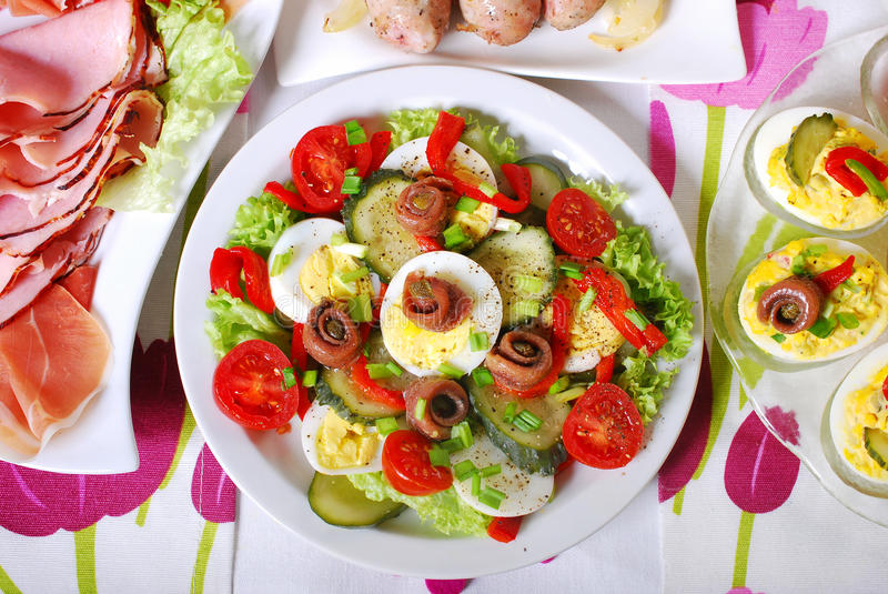Świeżego warzywa sałatka z sardelami dla Easter obrazy royalty free