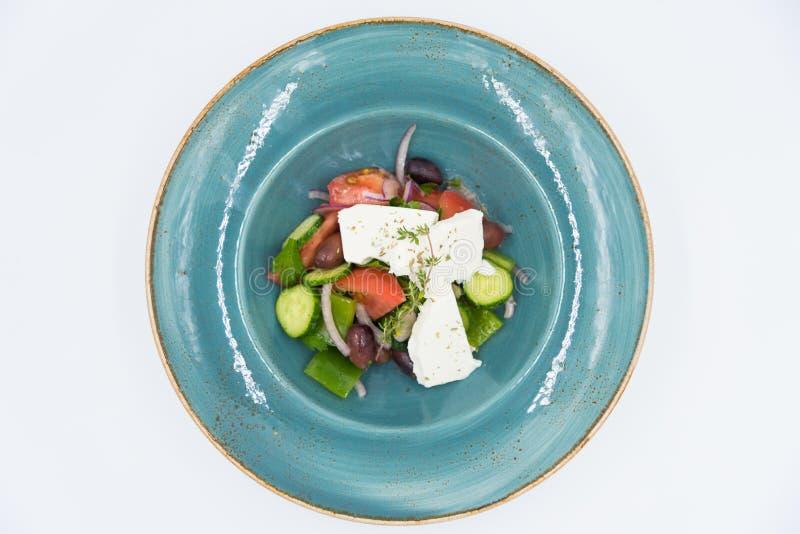Świeżego warzywa sałatka z serem na błękitnym talerzu Jarski jedzenie zdjęcie royalty free
