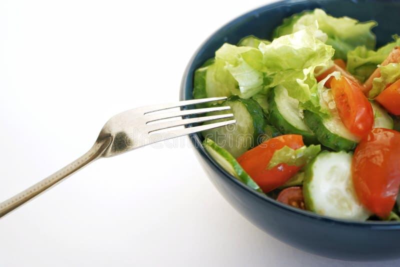 świeżego warzywa sałatka zieleni ogórki czereśniowi pomidory i góry lodowej sałata z oliwą z oliwek w głębokim talerzu, zdjęcie stock