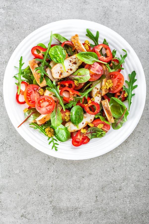 Świeżego warzywa sałatkowy talerz pomidory, szpinak, pieprz, arugula, chard liście i piec na grillu kurczak piersi pieczonego kur obraz stock