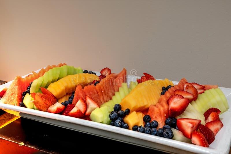 Świeżej owoc półmisek wliczając arbuza, kantalup, miodunka m obrazy stock