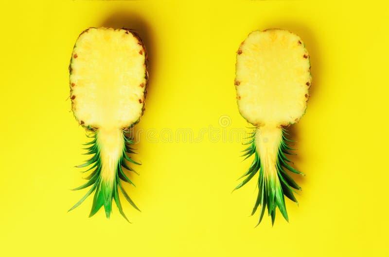 Świeżej połówki pokrojony ananas na żółtym tle Odgórny widok kosmos kopii Jaskrawy ananasa wzór dla minimalnego stylu wystrzał fotografia royalty free