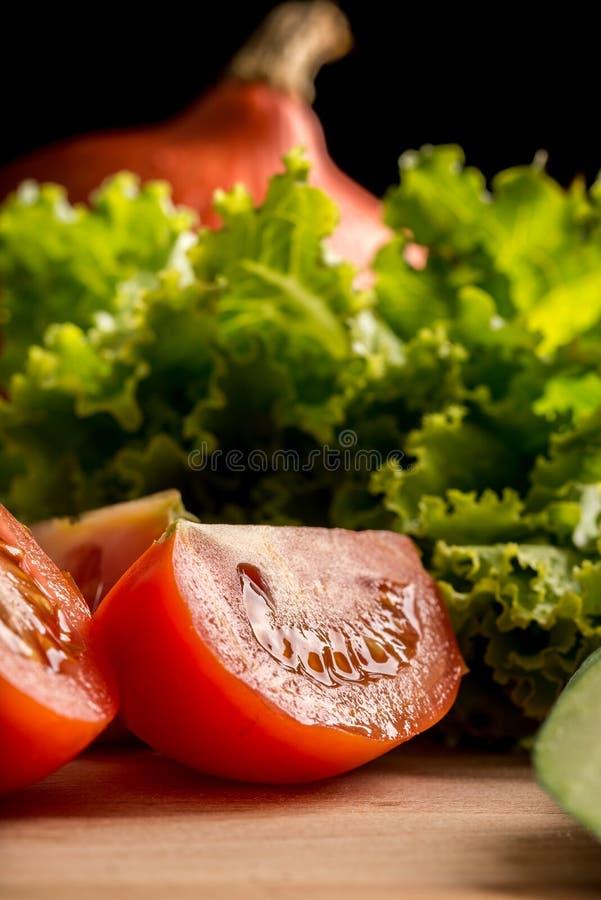 Świeżej soczystej dojrzałej czerwieni pokrojony pomidor obrazy royalty free