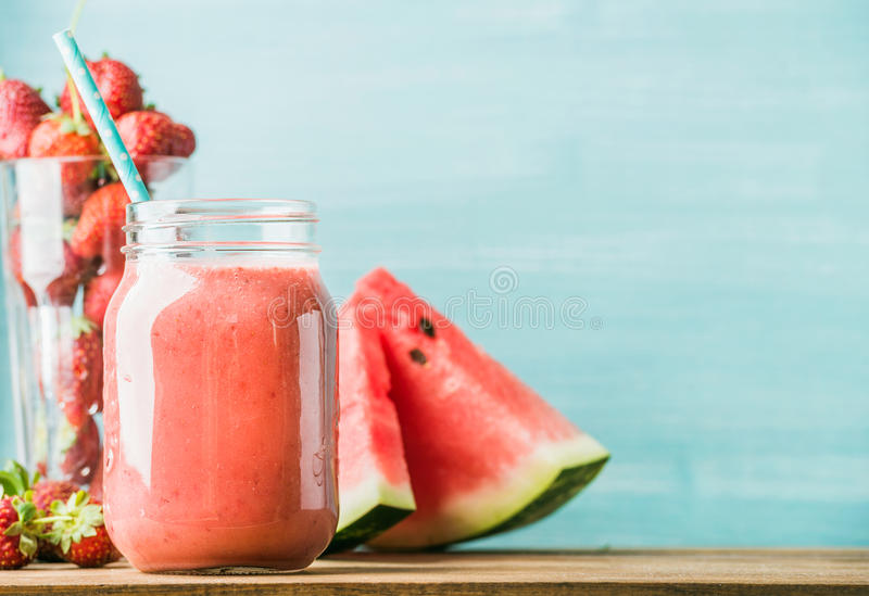 Świeżo mieszający czerwony owocowy smoothie w szklanym słoju z słomą zdjęcie royalty free