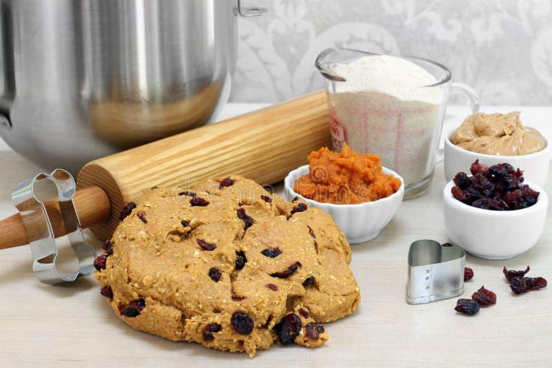 Świeżo mieszana ciasto piłka robić psim ciastkom Toczna szpilka, ciastko krajacze i składniki zawierać, fotografia stock