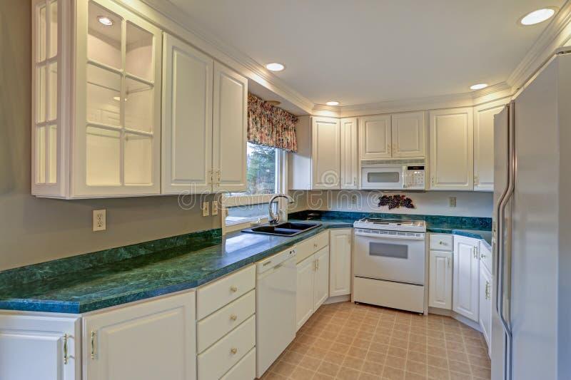 Świeżo odnawiący kuchenny pokój z białym cabinetry obraz stock