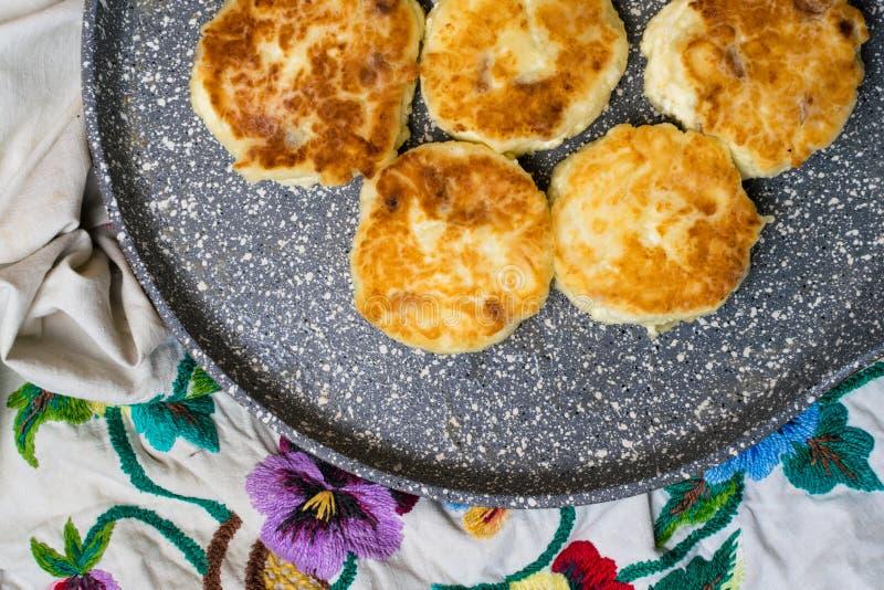 Świeżo piec chałupa sera bliny z rodzynkami Smażyć proces Odgórny widok zdjęcia royalty free