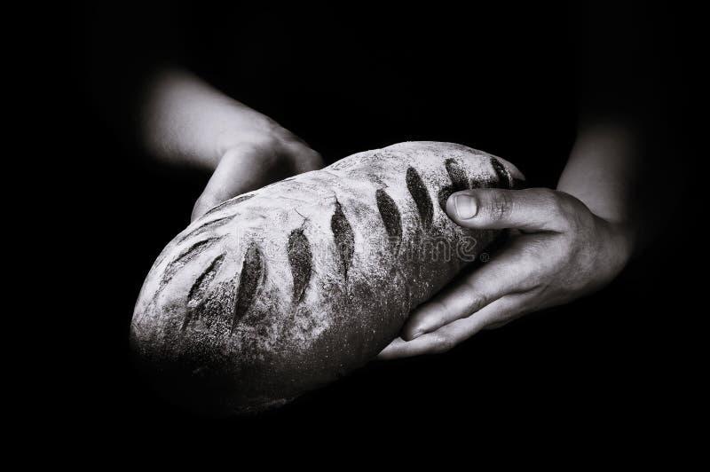 Świeżo piec chleb na czarnym tle zdjęcia stock