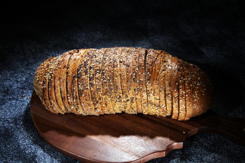 Świeżo piec chleb na drewnianej desce chleb cutted obraz royalty free