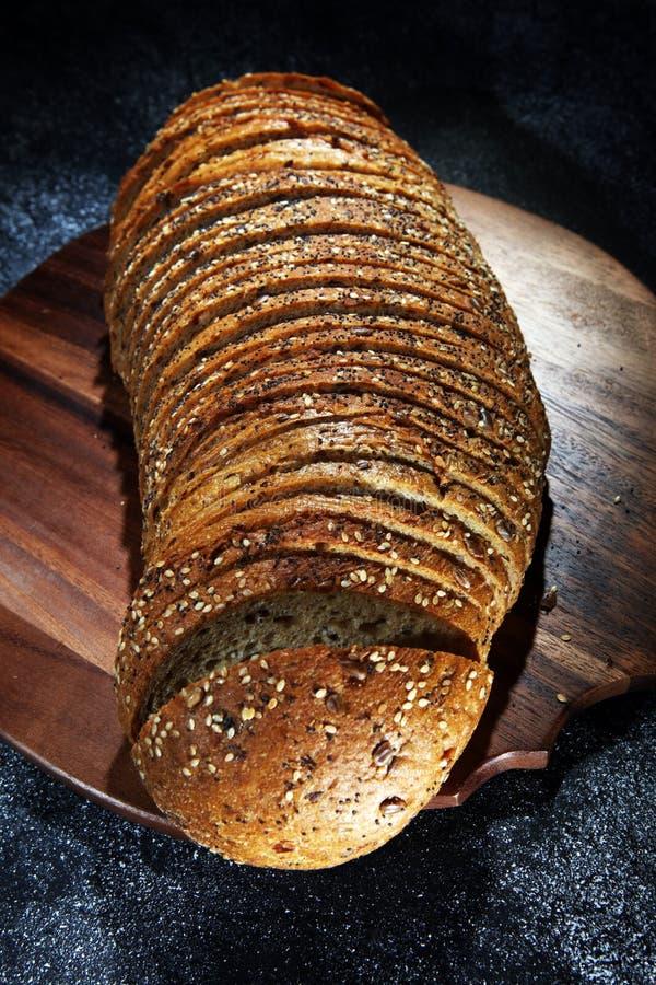 Świeżo piec chleb na drewnianej desce chleb cutted zdjęcie stock