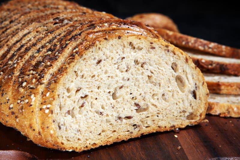 Świeżo piec chleb na drewnianej desce chleb cutted zdjęcia stock