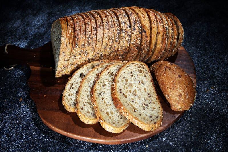Świeżo piec chleb na drewnianej desce chleb cutted fotografia stock