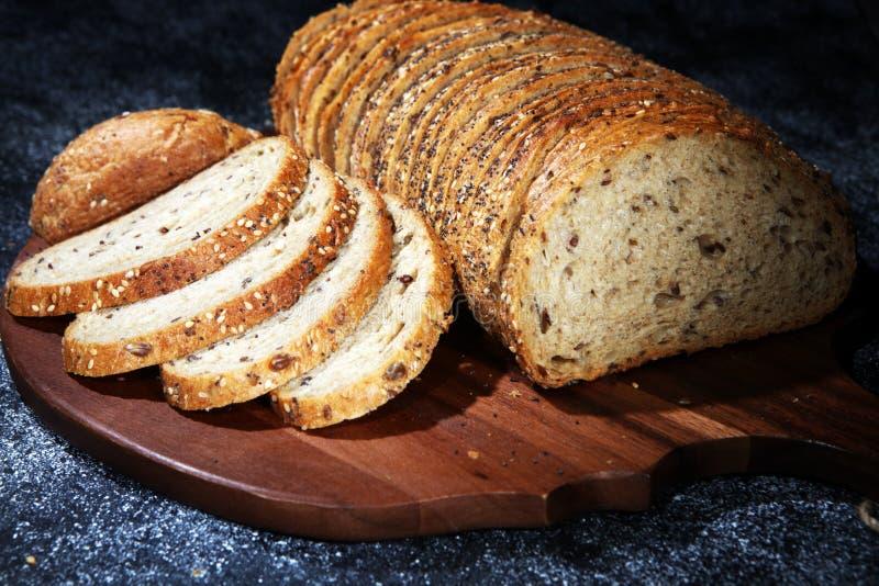 Świeżo piec chleb na drewnianej desce chleb cutted obrazy royalty free