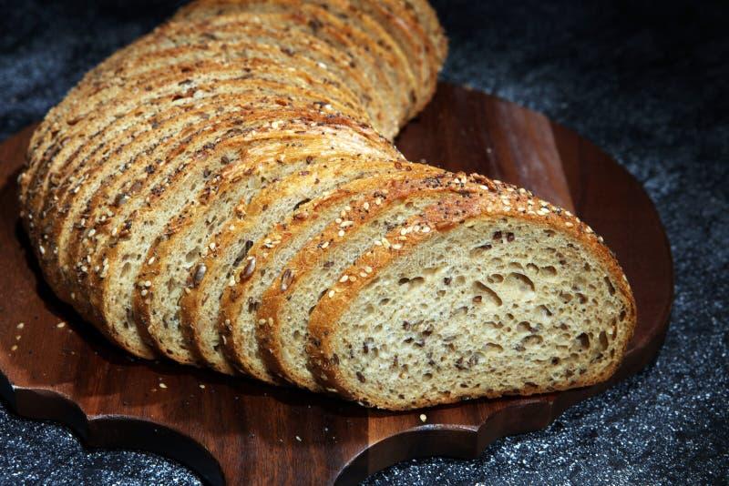 Świeżo piec chleb na drewnianej desce chleb cutted zdjęcie royalty free