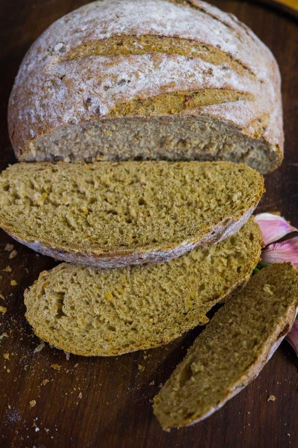 Świeżo piec chleb na zmroku - szary kuchenny stół, odgórny widok zdjęcia stock
