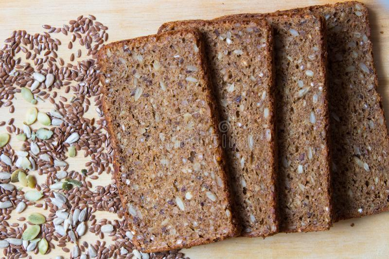 ?wie?o piec chleb od wholemeal i flaxseed, s?onecznikowi ziarna, dyniowi ziarna je?? zdrowo poj?cia zdjęcie royalty free