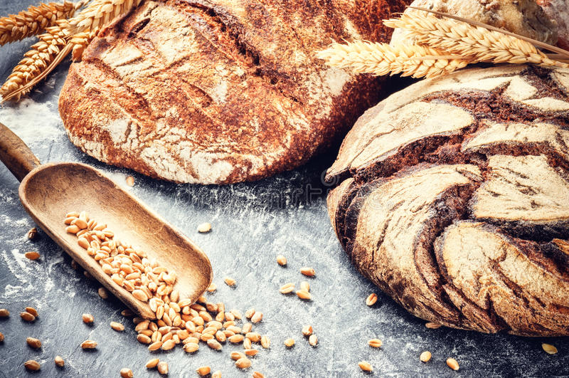 Świeżo piec chleb w nieociosanym położeniu zdjęcia royalty free