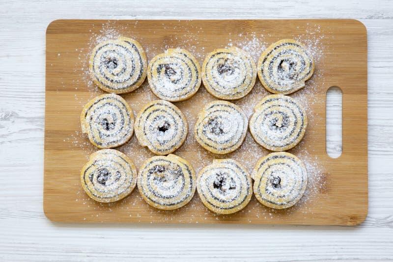 Świeżo piec ciastka na bambusie wsiadają na białym drewnianym tle obrazy royalty free