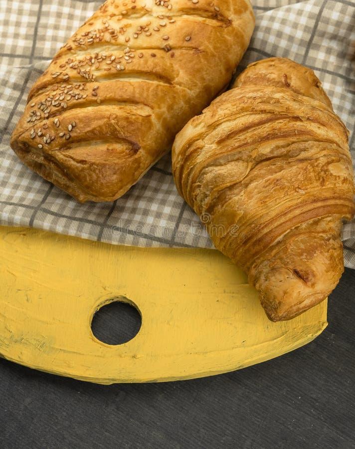Świeżo piec croissants na drewnianej tnącej desce, odgórny widok zdjęcie royalty free