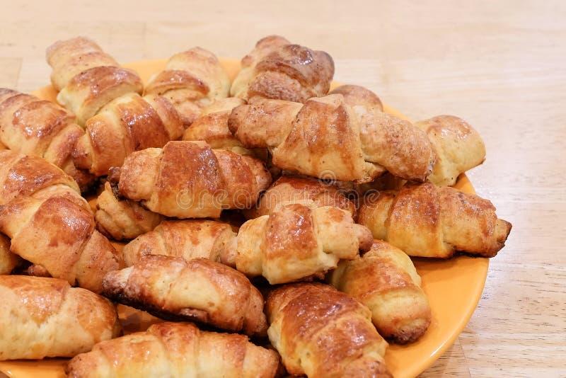 Świeżo piec croissants na drewnianej tnącej desce, odgórny widok obraz stock