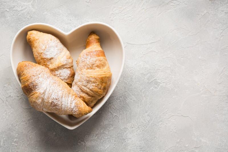 ?wie?o piec croissants na szarym tle Odg?rny widok kosmos kopii obraz royalty free