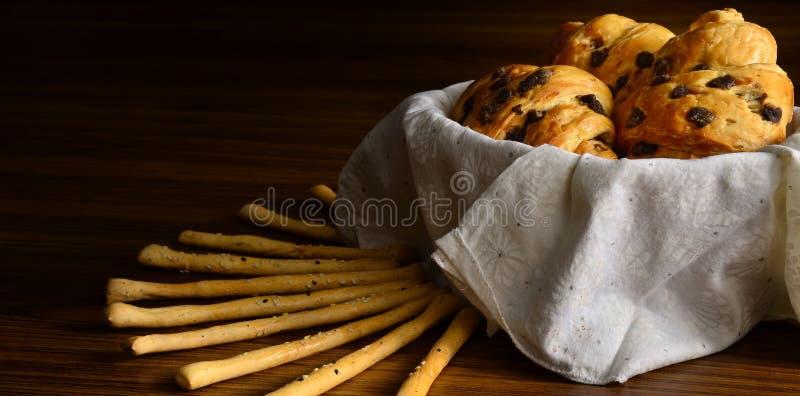 Świeżo Piec Croissants z Czekoladowymi układami scalonymi fotografia stock