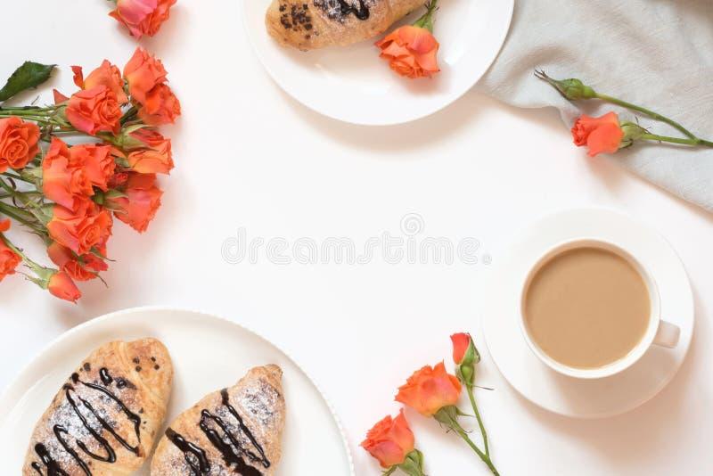 Świeżo piec czekoladowa filiżanka kawy na bielu stole i croissants Odgórny widok Żeńska śniadanie kopii przestrzeń obraz royalty free