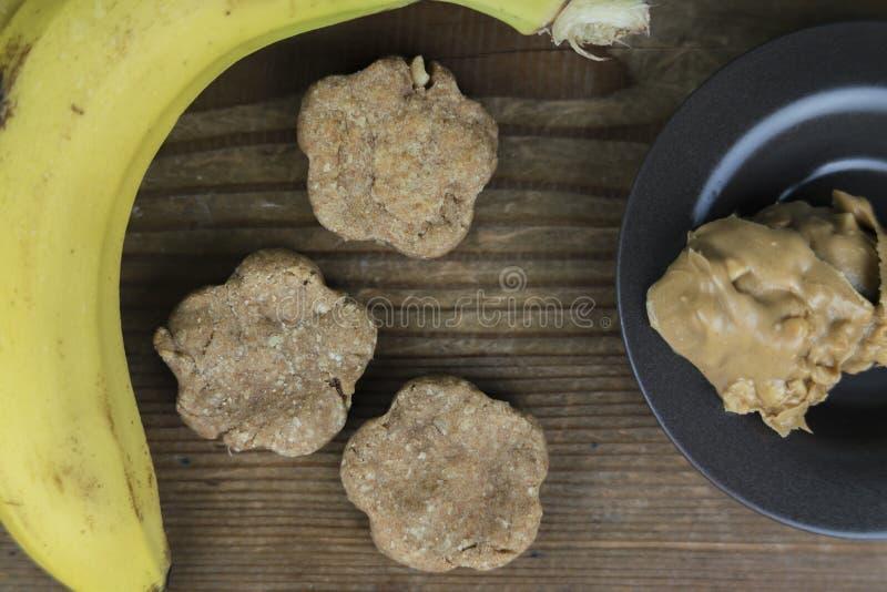 Świeżo piec domowej roboty ciastka z składnikami fotografia stock