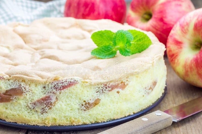 Świeżo piec domowej roboty jabłczany gąbka tort obrazy stock