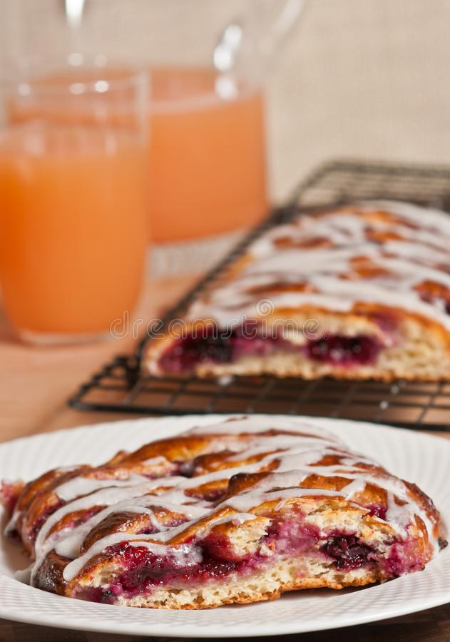 Świeżo piec, domowej roboty mieszany jagodowy warkocza ciasto, fotografia royalty free