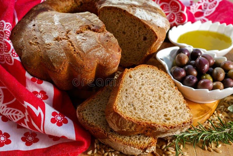 Świeżo piec domowej roboty sourdough literował chleb, ekstra dziewicza oliwka fotografia stock