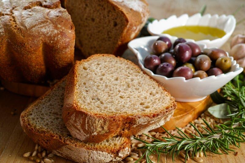 Świeżo piec domowej roboty sourdough literował chleb, ekstra dziewicza oliwka fotografia royalty free