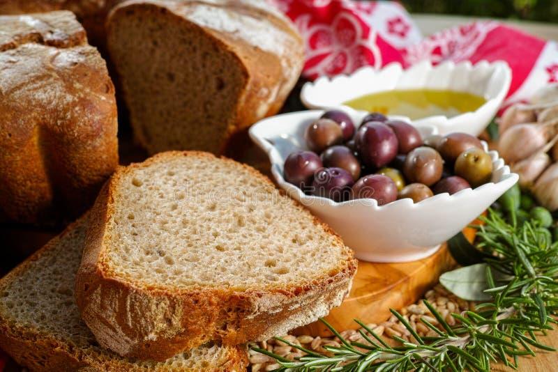 Świeżo piec domowej roboty sourdough literował chleb, ekstra dziewicza oliwka obrazy stock