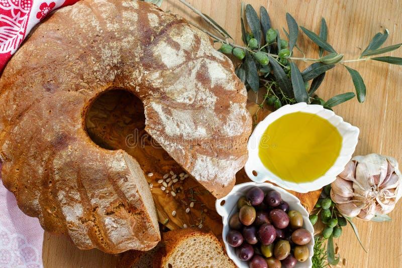 Świeżo piec domowej roboty sourdough literował chleb, ekstra dziewicza oliwka zdjęcie royalty free