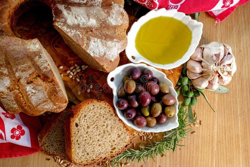 Świeżo piec domowej roboty sourdough literował chleb, ekstra dziewicza oliwka obraz stock