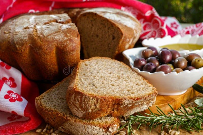 Świeżo piec domowej roboty sourdough literował chleb, ekstra dziewicza oliwka obraz royalty free