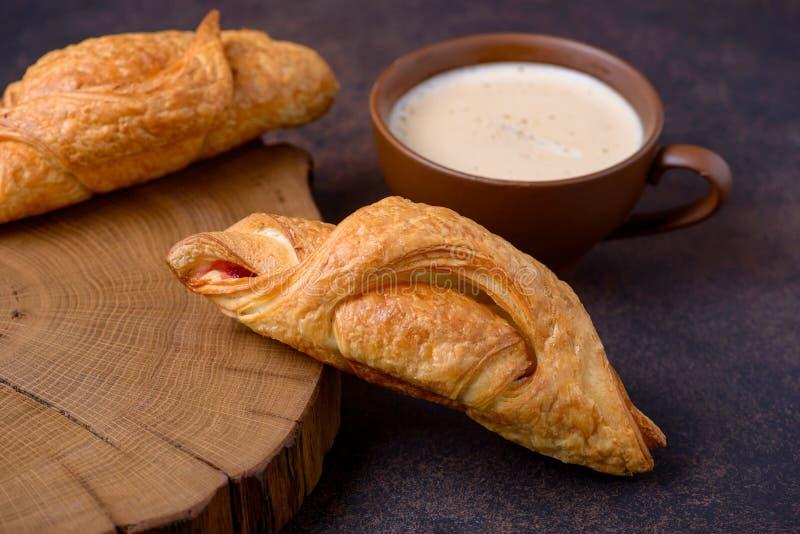 Świeżo piec filiżanka i croissants obrazy royalty free