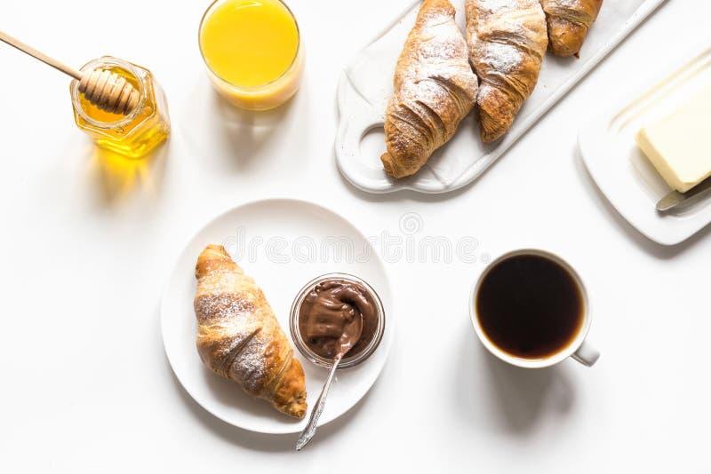Świeżo piec filiżanka kawy na bielu i croissants Przestrze? dla teksta french ?niadanie obrazy stock
